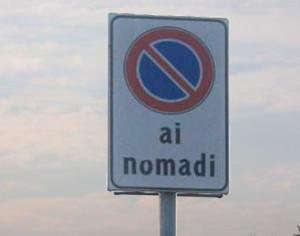 """cartello """"divieto di sosta ai nomadi"""""""